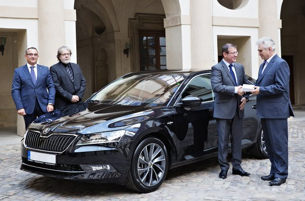 150722-skoda-superb-for-czech-senate-pre_r3270_res.jpg