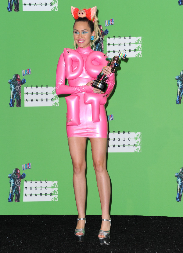 2015_mtv_video_music_awards_-_press_room_r2377.jpg