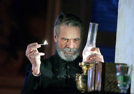 popol-a-vasen-jeremy-irons-on-stage-in-e_r7924.jpg
