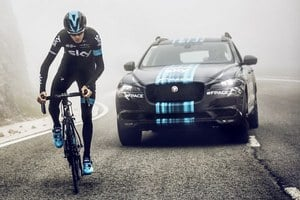 Jaguar uk�e prototyp F-Pace po�as Tour de France