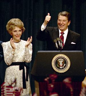 Ronald Reagan so �enou Nancy v roku 1984.